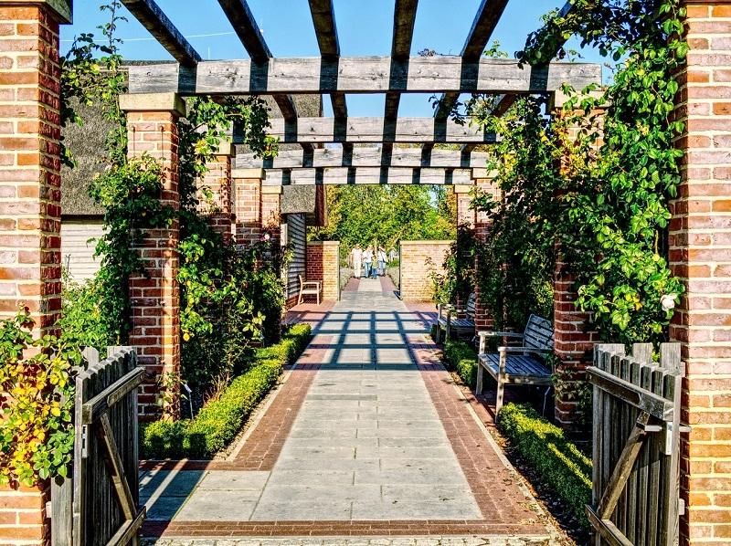 Die Pergola am Eingang zum Englischen Garten