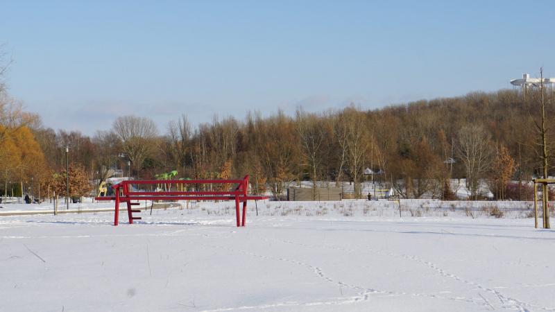 Rote Bank auf weißem Schnee