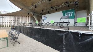 Auf der Bühne ist die Schlechtwettervariante vorbereitet