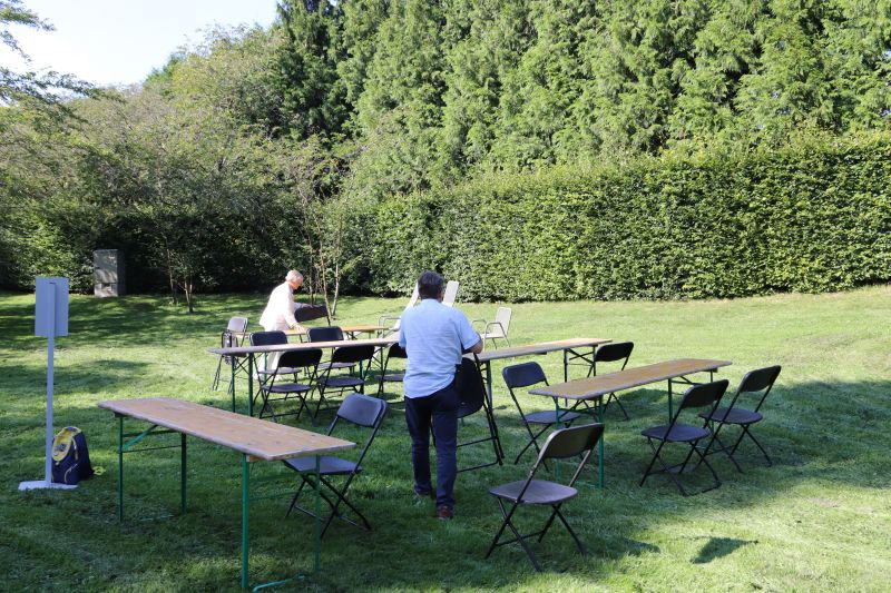 Aufbau des Picknickplatzes - die Parkverwaltung hatte uns alles Notwendige bereit gestellt